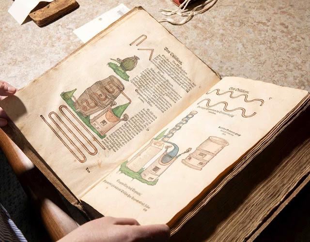 Um dos livros de onde a Tattersall Distilling tirou fórmulas medievais