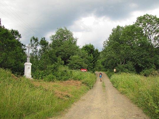 Przy przydrożnym krzyżu w Duszatynie.