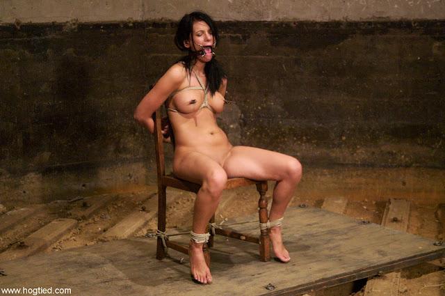 Séance de bondage pour une prisonnière à poil