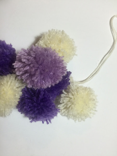 C mo hacer un llavero de pompones de lana manualidades - Como hacer pompones de lana rapido ...