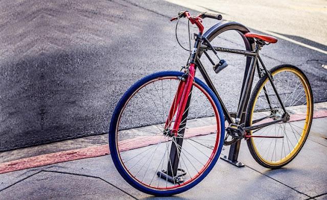 Vídeo mostra ladrão furtando bicicleta no estacionamento de loja