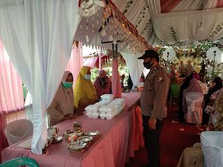 Personel Polsek Maiwa Polsek Maiwa Polres Enrekang Memantau Protokol Kesehatan Resepsi Pernikahan