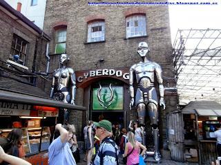 Entrada a la tienda de Cyberdog.