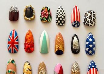 Diferentes uñas decoradas con banderas y otros motivos