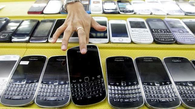 """El CEO de BlackBerry, John Chen, ha revelado este miércoles que la compañía está considerando abandonar el negocio de los teléfonos móviles si este continúa siendo improductivo. Sin embargo, la compañía está centrando sus esfuerzos en expandir su alcance corporativo en inversiones, adquisiciones y alianzas. Globovisión """"No puedo hacer dinero de mis teléfonos, y no estaré en el negocio de los móviles"""", dijo Chen en declaraciones para Reuters. El CEO de BlackBerry añadió que tampoco pierde toda la esperanza de poder salvar su segmento de terminales, pues cree que si distribuyen al menos 10 millones de unidades por año todavía"""