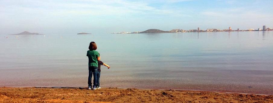 Los niños frente al Mar Menor que baña el camping.