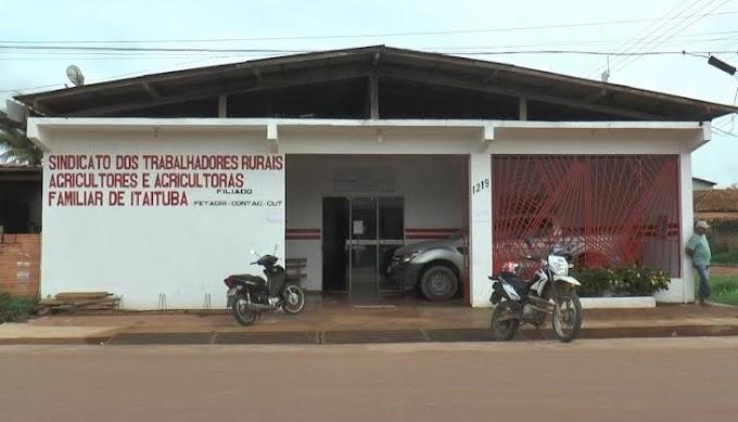 Agricultores lotam o sindicato dos trabalhadores rurais de Itaituba para fazer a declaração do ITR.