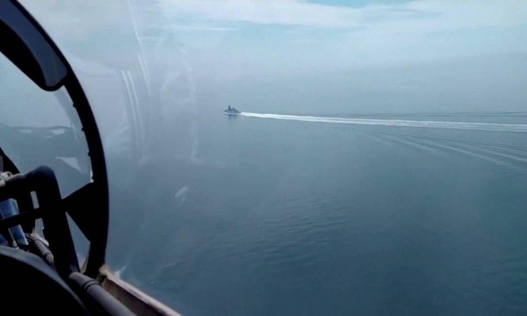 navio sendo avistado de um avião na costa do mar negro
