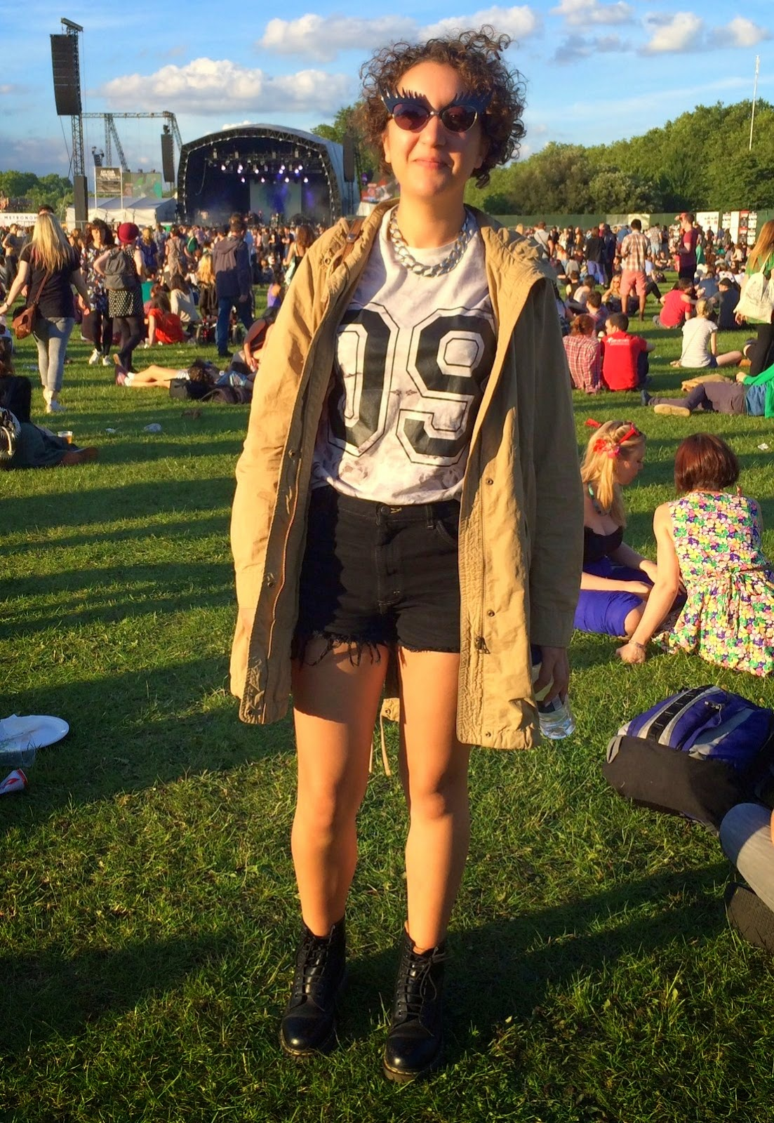 fashion blogger in front of main stage at field day festival
