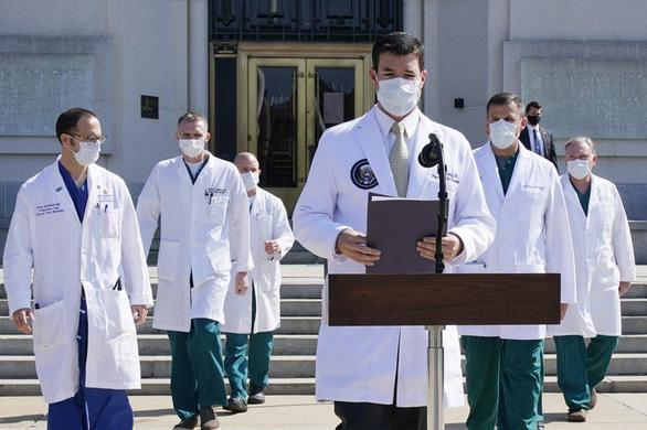 Giới y tế lo sức khỏe ông Trump không nhẹ như Nhà Trắng công bố