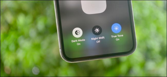تبديل الوضع الداكن في مركز التحكم الموضح على جهاز iPhone يعمل بنظام التشغيل iOS 13