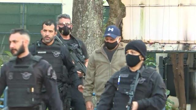 Fabrício Queiroz, ex-assessor de Flávio Bolsonaro, é preso em Atibaia.