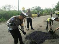 Walau Terik, Demi Kenyamanan Pengguna Lalulintas, Para Polisi Ini Tambal Jalan Lubang di Jalan Lintas Tengah Tegineneng