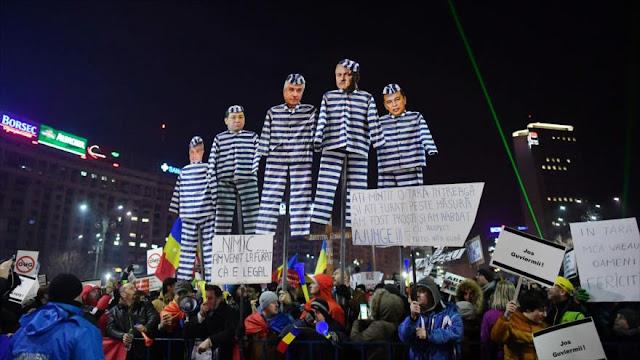 Manifestantes rumanos exigen mano dura contra la corrupción