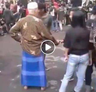 [Video Lucu] Kakek Ikutan Moshing Jiwa Muda Membara !!!