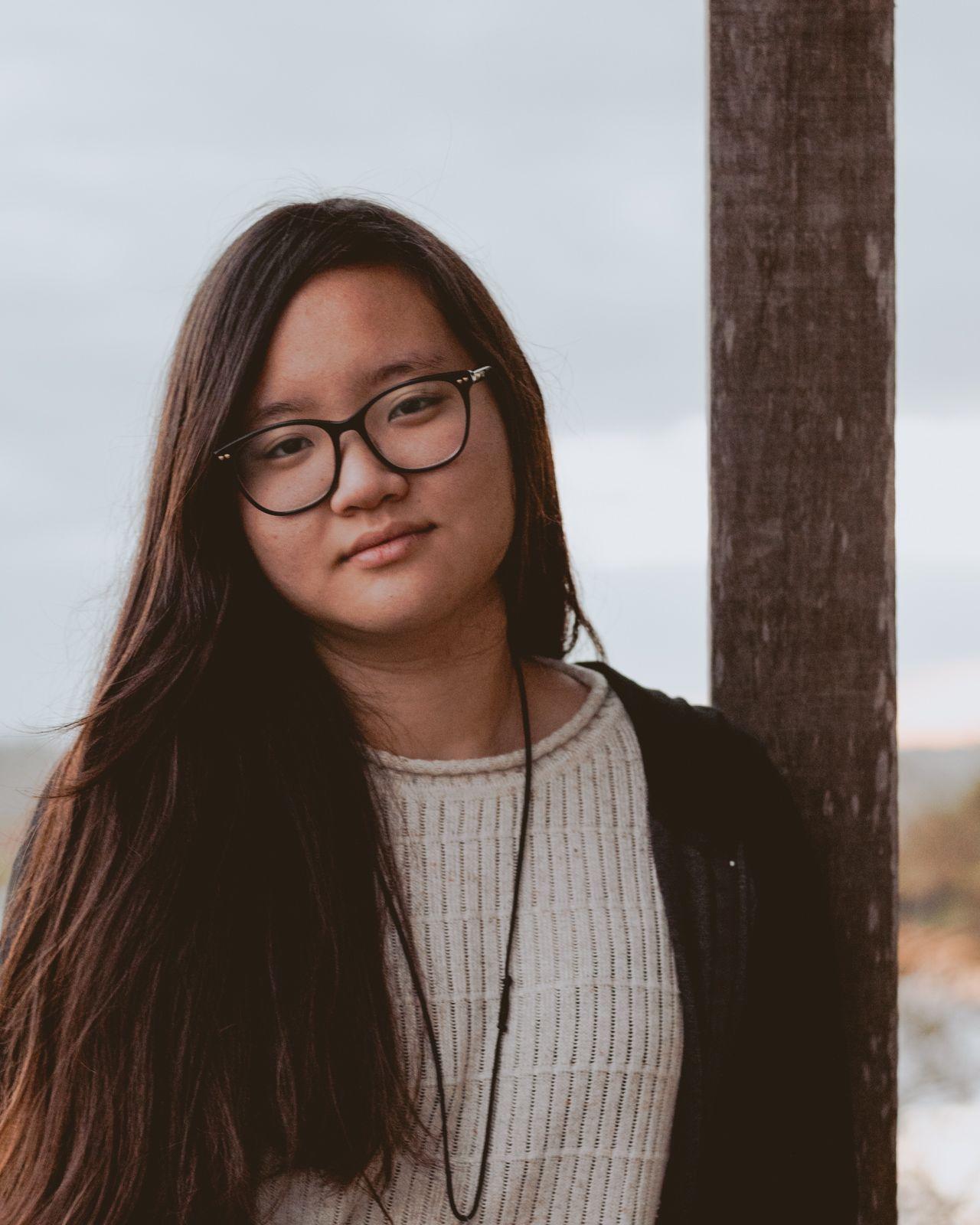 retrato adolescente óculos preto e cabelos compridos