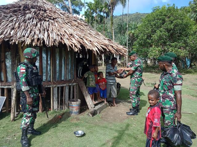 Satgas Yonif 755 Kostrad Bagikan Sembako Gratis Kepada Warga di Benawa