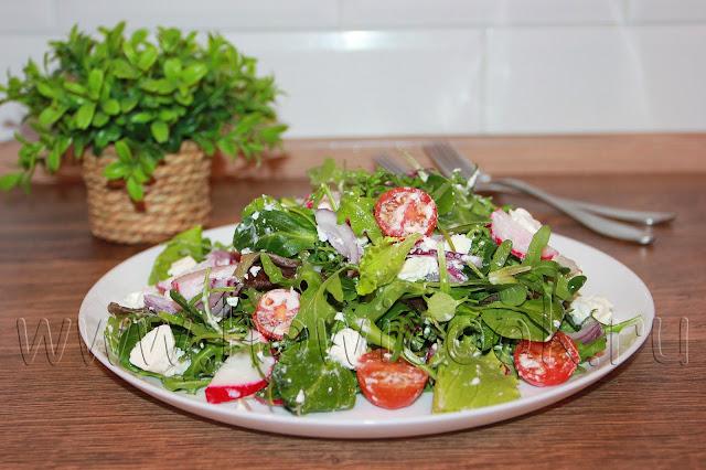 рецепт салата с черри, редисом и сыром фета