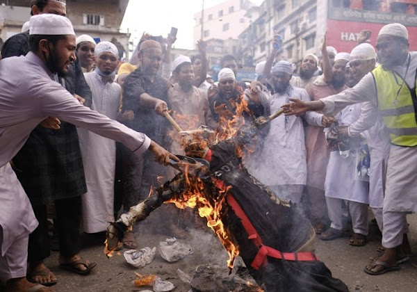 VIDÉO - Effigie de Macron brûlée : 50 000 personnes manifestent contre la France au Bangladesh