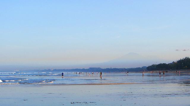 pemandangan pagi hari pantai kuta