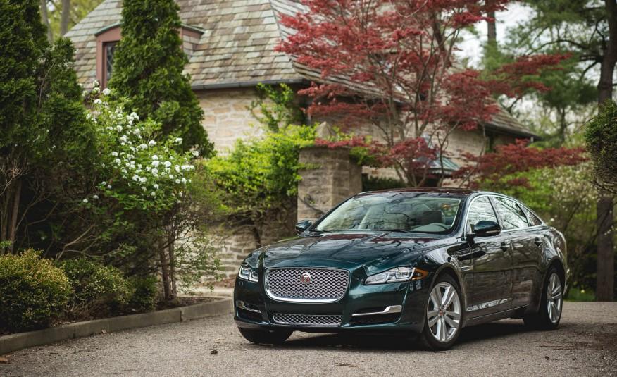 Đầu xe đặc trưng của Jaguar, tuy nhưng đã rất lâu, xe không đổi thiết kế