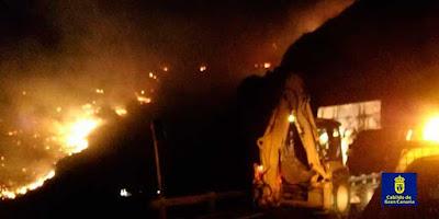 El cierre de carreteras por incendio forestal en Gran Canaria