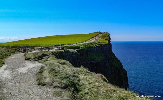 Caminhada pelos Cliffs of Moher, Irlanda