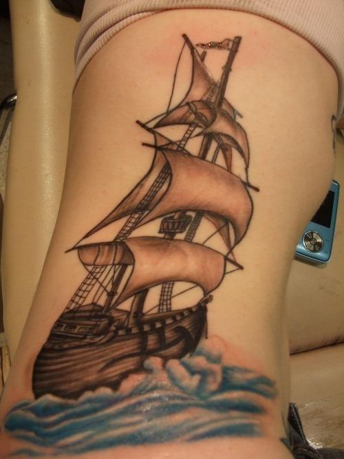 Una chica con un tatuaje en las costillas de un barco