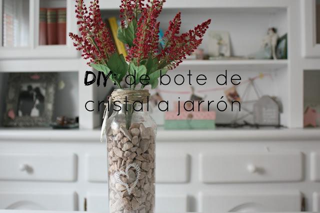 http://mediasytintas.blogspot.com/2016/01/diy-de-bote-de-cristal-jarron-decorado.html