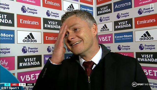 HLV Solskjaer vẫn cười tươi dù MU thua đau: Huyền thoại chỉ trích, fan quay lưng