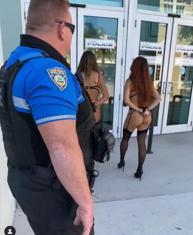 여자라고 절대 봐주는거 없는 천조국 경찰 형님