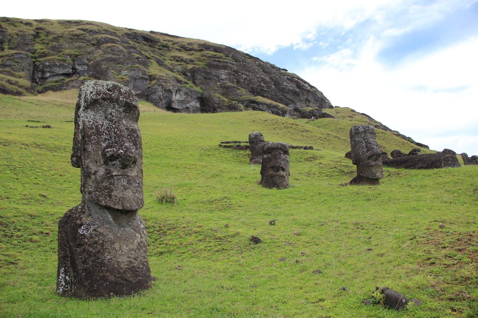 イースター島のラノ・ララクの土に半分だけ埋まった幾つものモアイ