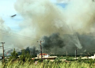 Ένας νεκρός και δύο τραυματίες από την πυρκαγιά στους Αγίους Θεοδώρους