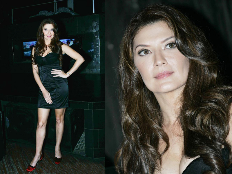 Tammara Blezensky ibu cantik ini kelihatan sedang memakai gaun hitam pendek