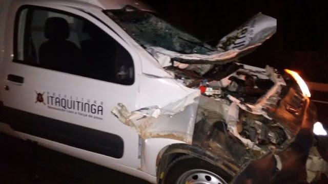 Ambulância se envolve em acidente com Boi, na PE-004, em Condado