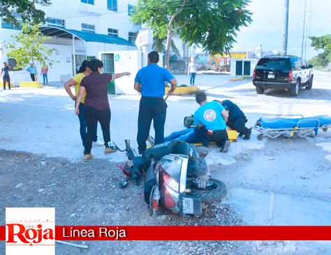 Camioneta embiste a un motociclista y lo manda al hospital... que estaba a un lado