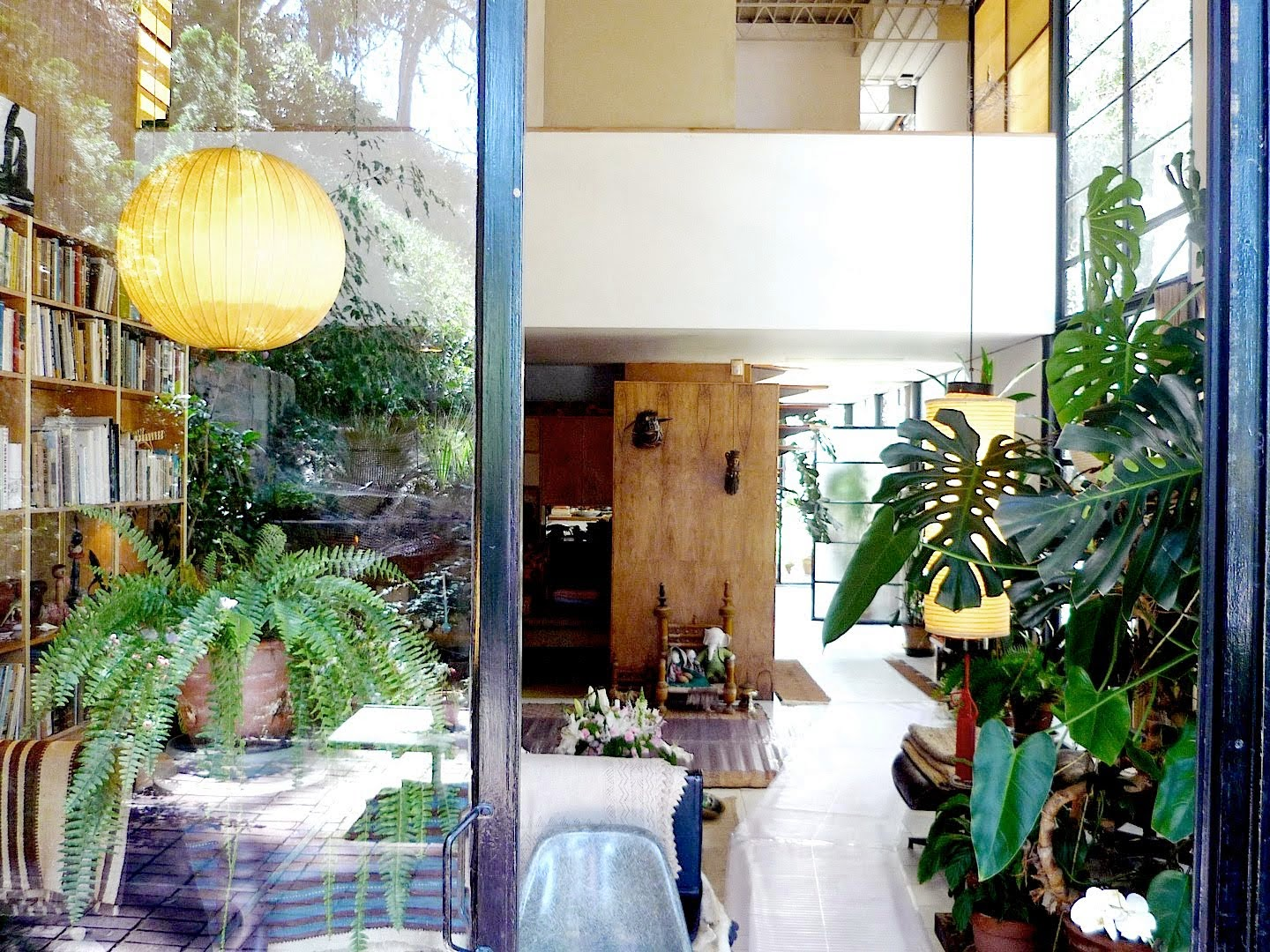 2hands through the window the eames house. Black Bedroom Furniture Sets. Home Design Ideas