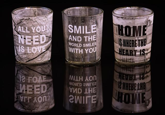 bicchieri  marroni con scritte
