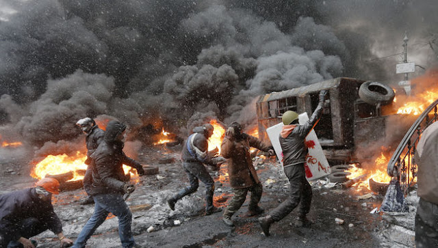 Violência em frente ao Parlamento ucraniano