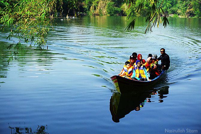 Wisatawan menikmati wisata susur sungai Opak, Bantul