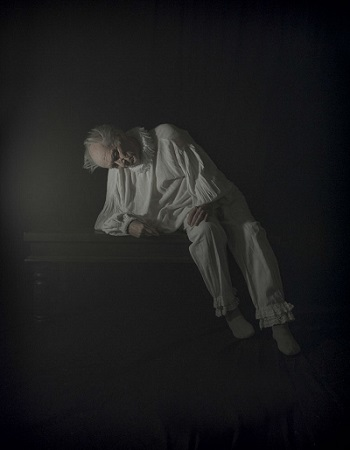 Photo by Tami Bahat - The Old Man - 2015 - From the Dramatis Personae series | fotos surrealistas bellas, imagenes chidas de obras de arte contemporaneo en claroscuro | afliccion, soledad y tristeza