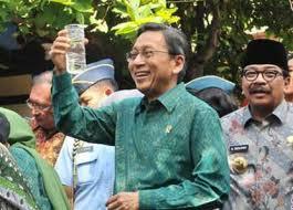 Wakil Presiden RI, Bapak BUDIONO, didampingi Gubernur Jatim, Bapak SOEKARWO saat mengamati Hasil Pengolahan Air Limbah di Kelurahan Gundih