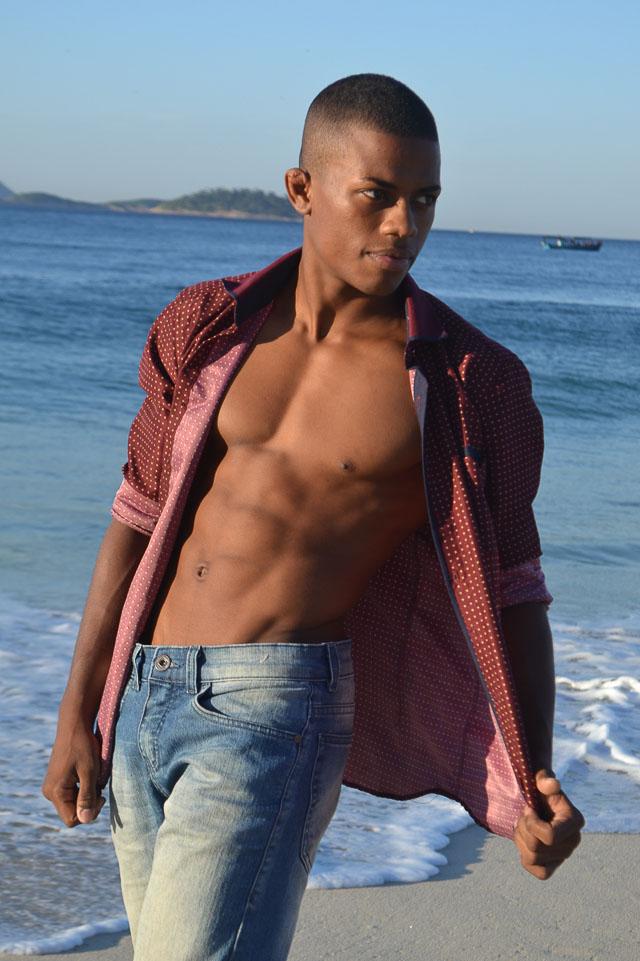 Matheus dos Santos posa à beira mar. Foto: Sidney Boock