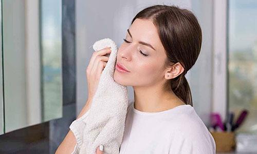 Chica secando su rostro con toalla
