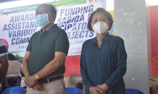 Gov. Suarez distributes agricultral equipments and provides P500K investment assistance