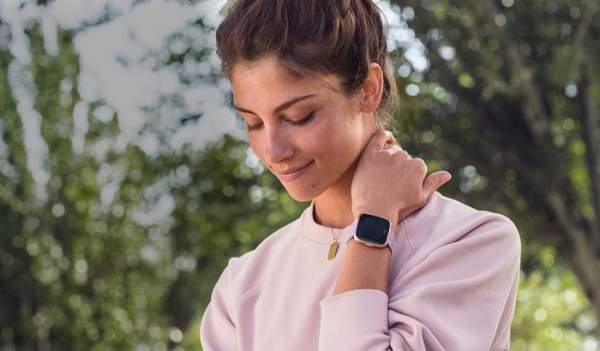 Fitbit Versa - smartwatch buat kado 2018