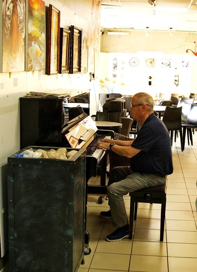 Музыкальное сопровождение - (директор Дворца культуры).