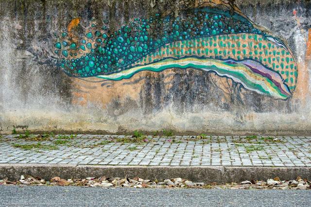 Grafite em um muro com a presentação de uma baleia
