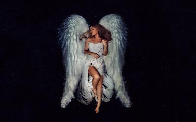 Linda chica con alas blancas acostada