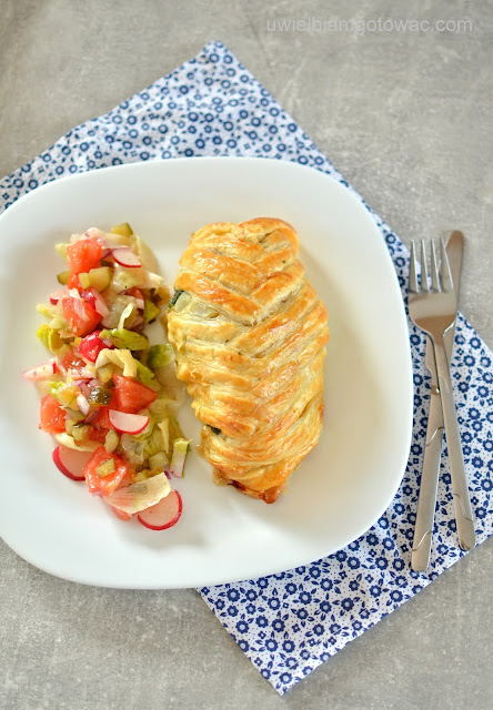 Kurczak ze szpinakiem i suszonymi pomidorami w cieście francuskim